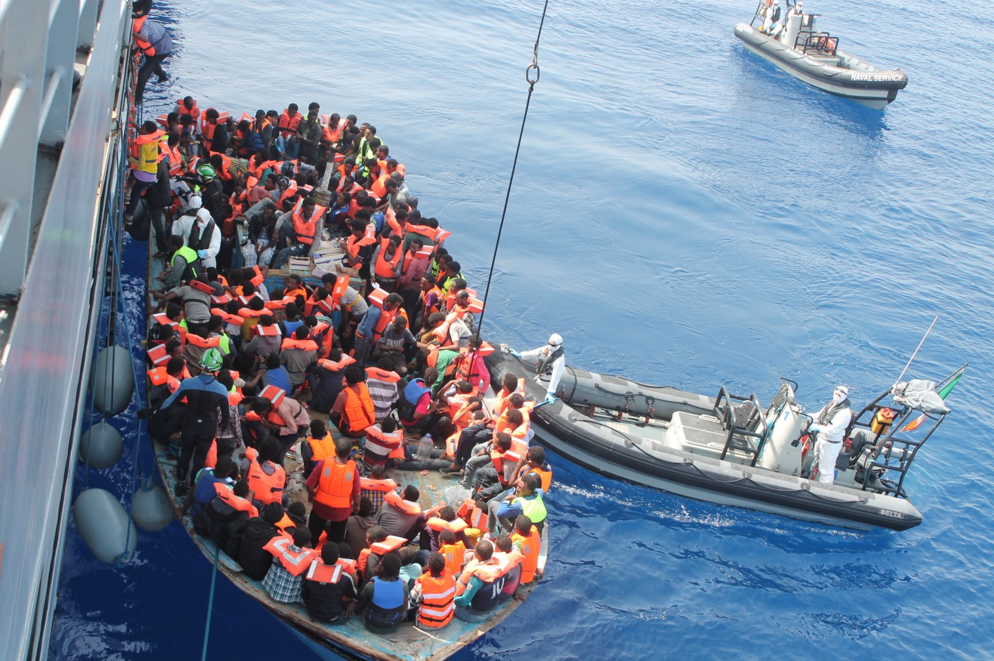 Irish Naval personnel from the LÉ Eithne (P31) rescuing migrants as part of Operation Triton